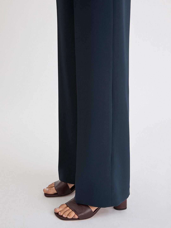 A0975-Hutton-Trouser-Filippa-K-Navy-Side-Fall-of-Fabric