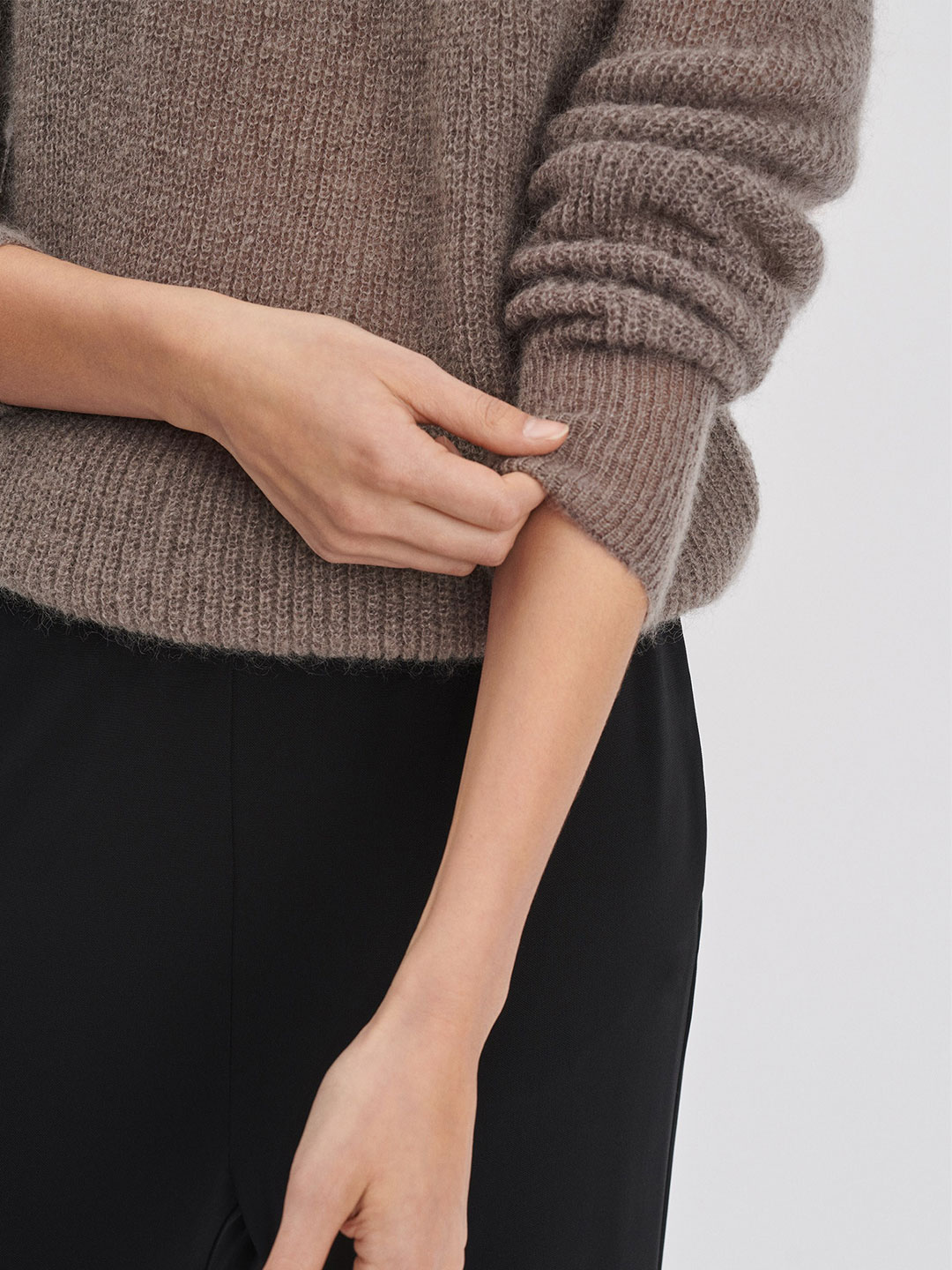 A1001-Mohair-R-neck-Sweater-Filippa-K-Dk-Toupe-Close-up-Sleeve