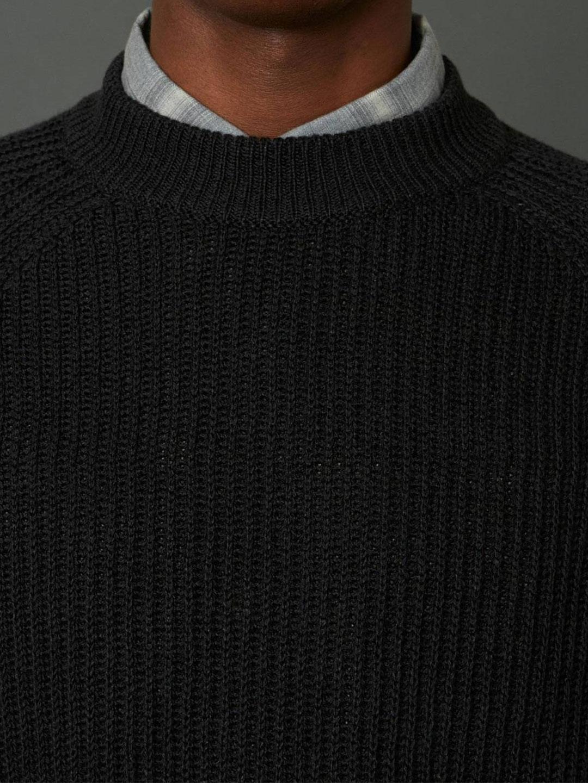 B1387-Burly-Sweater-Hope-Sthlm-Black-Front-Close-Up-Neckline