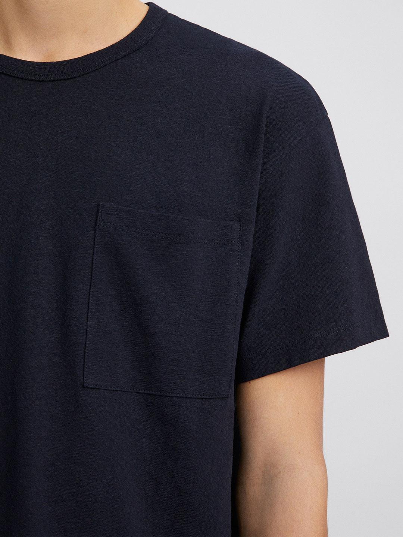 B1405-Brad-Linen-Tee-Filippa-K-Navy-Front-Close-Up-Sleeve-Pocket